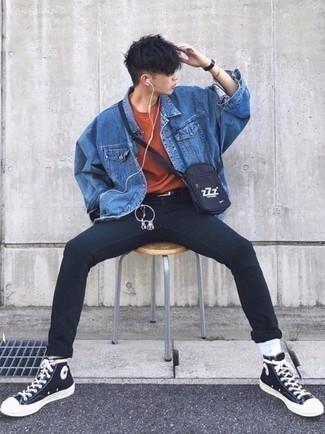 Moda ragazzo adolescente: Abbina una giacca di jeans blu con jeans aderenti neri per un look trendy e alla mano. Se non vuoi essere troppo formale, scegli un paio di sneakers alte di tela nere e bianche.