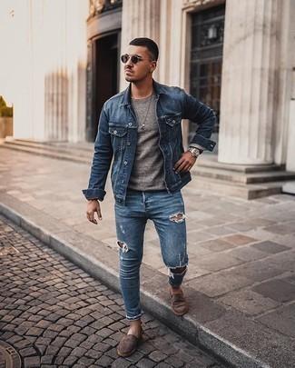 Trend da uomo 2020 in modo rilassato: Opta per una giacca di jeans blu e jeans aderenti strappati blu per un look comfy-casual. Scegli uno stile classico per le calzature e scegli un paio di espadrillas in pelle scamosciata marrone scuro come calzature.