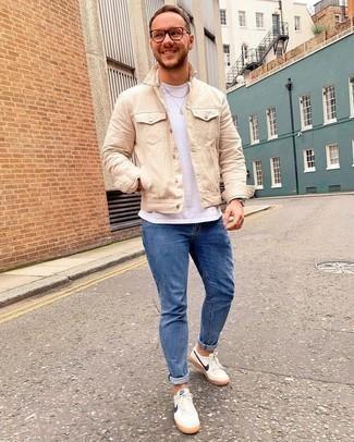 Come indossare e abbinare jeans aderenti blu: Mostra il tuo stile in una giacca di jeans beige con jeans aderenti blu per un look semplice, da indossare ogni giorno. Sneakers basse di tela bianche e blu scuro sono una gradevolissima scelta per completare il look.