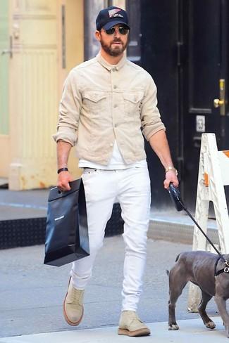 Come indossare e abbinare: giacca di jeans beige, t-shirt girocollo bianca, jeans bianchi, stivali casual in pelle scamosciata beige
