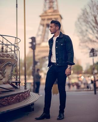 Come indossare e abbinare: giacca di jeans nera, t-shirt girocollo bianca, jeans neri, stivali chelsea in pelle neri
