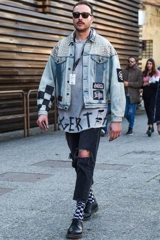 Come indossare e abbinare scarpe derby in pelle nere: Indossa una giacca di jeans stampata azzurra e jeans strappati grigio scuro per una sensazione di semplicità e spensieratezza. Impreziosisci il tuo outfit con un paio di scarpe derby in pelle nere.