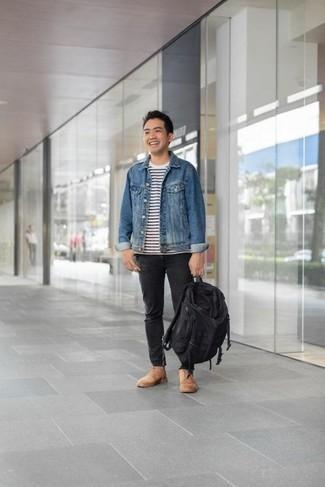 Come indossare e abbinare un zaino di tela nero: Vestiti con una giacca di jeans blu e uno zaino di tela nero per un look comfy-casual. Aggiungi un paio di stivali casual in pelle scamosciata marrone chiaro al tuo look per migliorare all'istante il tuo stile.