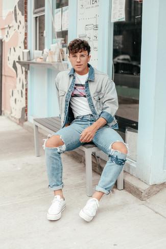 Come indossare e abbinare una bandana: Opta per una giacca di jeans azzurra e una bandana per un outfit rilassato ma alla moda. Completa il tuo abbigliamento con un paio di sneakers basse di tela bianche.