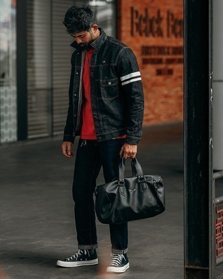 Moda uomo anni 40: Opta per una giacca di jeans nera e jeans blu scuro per affrontare con facilità la tua giornata. Prova con un paio di sneakers alte di tela nere e bianche per avere un aspetto più rilassato.