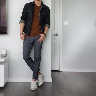 Come indossare e abbinare un bracciale marrone scuro: Potresti indossare una giacca di jeans nera e un bracciale marrone scuro per un'atmosfera casual-cool. Indossa un paio di sneakers basse in pelle bianche per dare un tocco classico al completo.