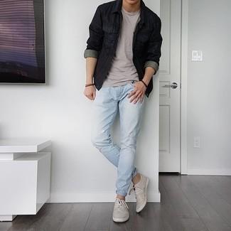 Come indossare e abbinare un bracciale marrone scuro: Per un outfit della massima comodità, scegli una giacca di jeans nera e un bracciale marrone scuro. Mettiti un paio di sneakers basse di tela grigie per dare un tocco classico al completo.