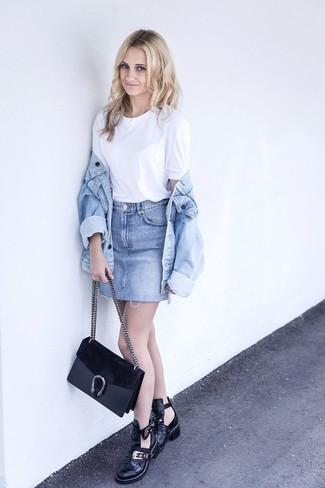 Come indossare e abbinare una minigonna azzurra: Opta per una giacca di jeans azzurra e una minigonna azzurra per un fantastico look da sfoggiare nel weekend. Stivaletti in pelle tagliati neri sono una eccellente scelta per completare il look.