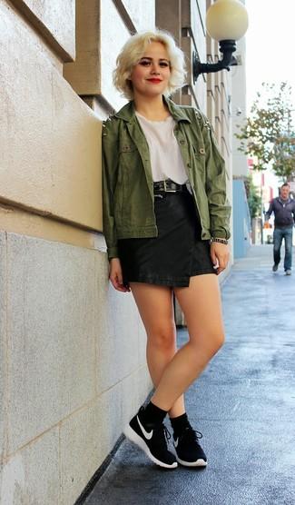 Mostra il tuo stile in una giacca di jeans verde oliva con una minigonna in pelle nera per un fantastico look da sfoggiare nel weekend. Aggiungi un tocco fantasioso indossando un paio di scarpe sportive nere e bianche.