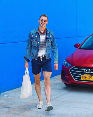 Come indossare: giacca di jeans blu, t-shirt girocollo a righe orizzontali bianca e blu scuro, pantaloncini blu scuro, sneakers basse beige