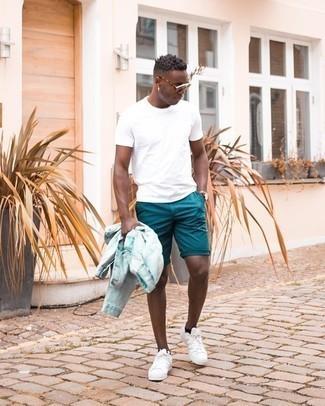 Moda uomo anni 20: Indossa una giacca di jeans azzurra e pantaloncini blu per un fantastico look da sfoggiare nel weekend. Sneakers basse di tela bianche sono una interessante scelta per completare il look.