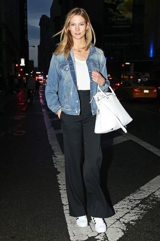 Come indossare: giacca di jeans blu, t-shirt girocollo bianca, pantaloni larghi neri, sneakers basse in pelle bianche e nere