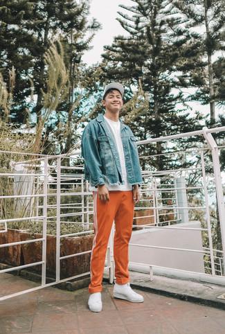 Come indossare e abbinare sneakers senza lacci di tela bianche: Indossa una giacca di jeans blu con pantaloni sportivi arancioni per un look raffinato per il tempo libero. Sfodera il gusto per le calzature di lusso e scegli un paio di sneakers senza lacci di tela bianche.