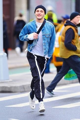 Come indossare e abbinare: giacca di jeans blu, t-shirt girocollo bianca, pantaloni sportivi blu scuro, sneakers basse bianche
