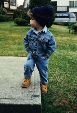 Come indossare e abbinare: giacca di jeans blu, t-shirt bianca, jeans blu, stivali marrone chiaro