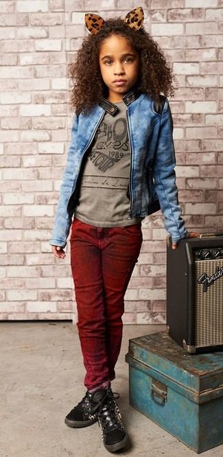 Come indossare: giacca di jeans blu, t-shirt stampata grigia, jeans bordeaux, sneakers nere
