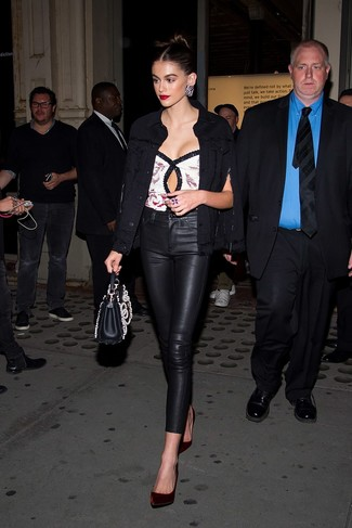 Come indossare: giacca di jeans nera, top senza maniche con paillettes bianco, pantaloni skinny in pelle neri, décolleté di velluto bordeaux