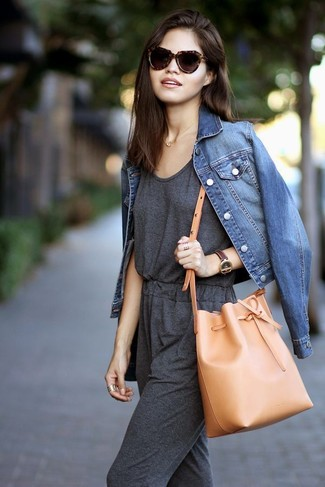 Come indossare: giacca di jeans blu, tuta grigio scuro, borsa a secchiello in pelle marrone chiaro, occhiali da sole leopardati marrone scuro