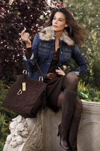 Come indossare: giacca di jeans blu scuro, vestito a tubino lavorato a maglia marrone scuro, stivali al ginocchio in pelle scamosciata marrone scuro, borsa shopping in pelle scamosciata marrone scuro