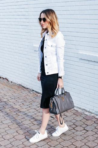 Come indossare: giacca di jeans bianca, vestito aderente nero, sneakers basse di tela bianche, cartella in pelle grigio scuro