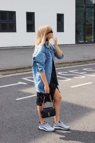 Come indossare: giacca di jeans blu, vestito casual con stelle nero, scarpe sportive grigie, borsa a tracolla in pelle trapuntata nera