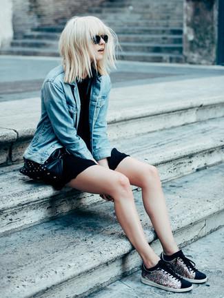 Come indossare: giacca di jeans blu, vestito casual nero, sneakers basse con paillettes nere, borsa a tracolla in pelle con borchie nera