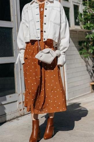 Come indossare e abbinare: giacca di jeans bianca, vestito longuette di lino a pois terracotta, stivaletti in pelle marroni, borsa a tracolla in pelle bianca