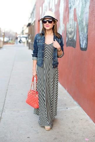Come indossare: giacca di jeans blu, vestito lungo a righe verticali bianco e nero, sandali con zeppa di tela beige, cartella in pelle trapuntata rossa