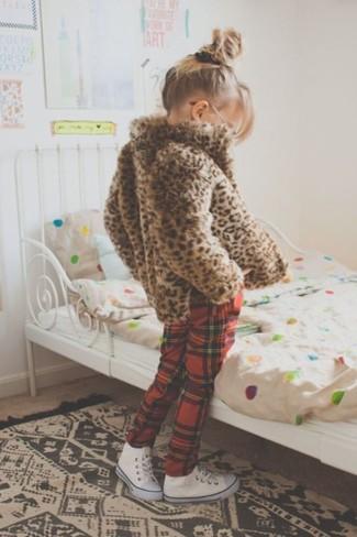 Come indossare e abbinare: giacca di pelliccia leopardata marrone, pantaloni sportivi scozzesi rossi, sneakers bianche