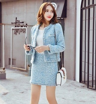 Come indossare e abbinare: giacca di tweed azzurra, t-shirt girocollo bianca, minigonna di tweed azzurra, borsa a tracolla in pelle bianca