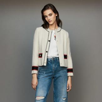 Trend da donna 2021: Scegli una giacca di tweed bianca e jeans strappati blu per affrontare con facilità la tua giornata.