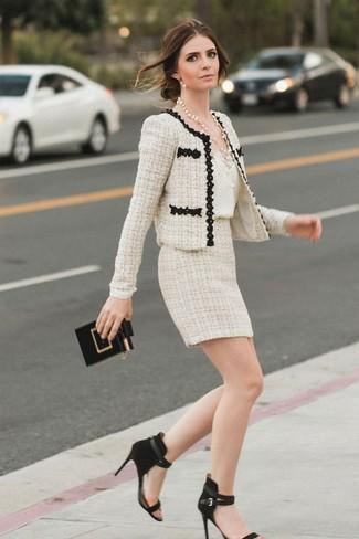 Come indossare: giacca di tweed beige, canotta di seta bianca, minigonna di tweed beige, sandali con tacco in pelle scamosciata neri