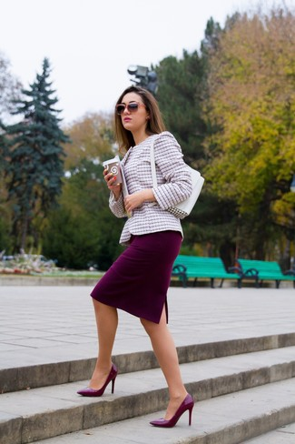Come indossare e abbinare: giacca di tweed rosa, gonna a tubino bordeaux, décolleté in pelle bordeaux, borsa a mano in pelle bianca