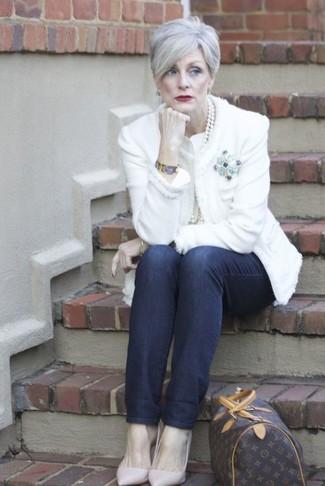 Come indossare e abbinare: giacca di tweed bianca, jeans blu scuro, décolleté in pelle rosa, borsone in pelle stampato marrone scuro