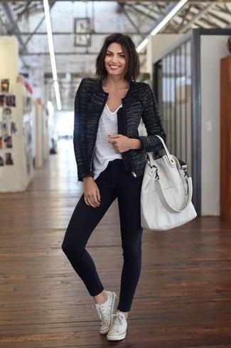 Come indossare: giacca di tweed nera, t-shirt con scollo a v bianca, jeans aderenti neri, sneakers basse di tela bianche