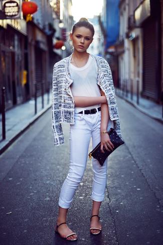 Come indossare e abbinare: giacca di tweed bianca, t-shirt girocollo bianca, jeans aderenti bianchi, sandali piatti in pelle decorati neri