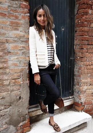 Come indossare: giacca di tweed bianca, t-shirt girocollo a righe orizzontali bianca e nera, jeans aderenti neri, mocassini eleganti in pelle leopardati marrone chiaro