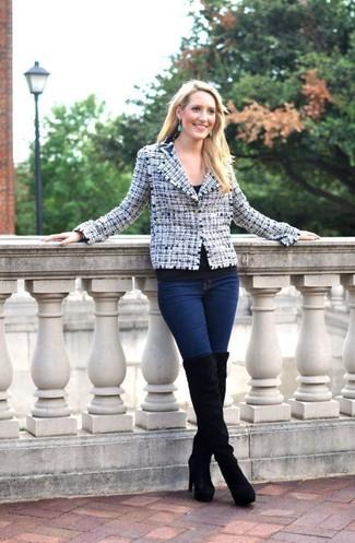 Come indossare: giacca di tweed bianca e blu scuro, t-shirt girocollo nera, jeans aderenti blu scuro, stivali sopra il ginocchio in pelle scamosciata neri