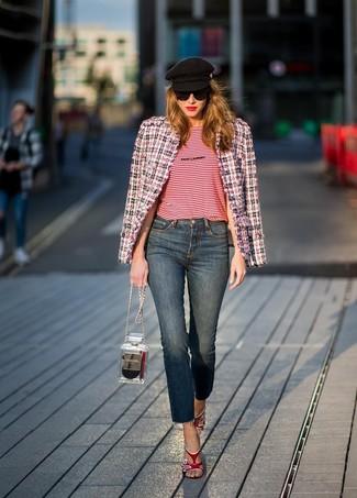 Come indossare e abbinare: giacca di tweed bianca e rossa e blu scuro, t-shirt girocollo a righe orizzontali rossa, jeans blu scuro, sandali con tacco in pelle rossi