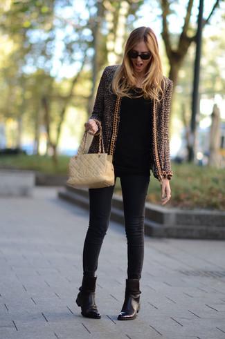 Come indossare: giacca di tweed marrone, t-shirt manica lunga nera, jeans aderenti neri, stivaletti in pelle marrone scuro