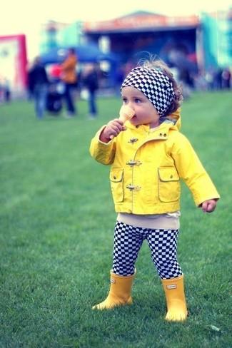 Come indossare: giacca gialla, leggings a quadri neri e bianchi, stivali di gomma gialli, cerchietto a quadri nero e bianco