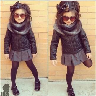 Come indossare: giacca in pelle nera, gonna grigia, ballerine nere, sciarpa grigia