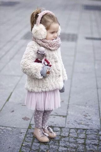 Come indossare e abbinare: giacca di pelliccia bianca, gonna in tulle rosa, scarpe oxford beige, guanti grigi
