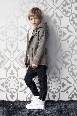 Come indossare: giacca grigia, jeans neri, sneakers bianche
