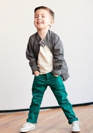 Come indossare e abbinare: giacca grigia, t-shirt beige, jeans verdi, sneakers bianche