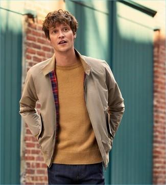 Come indossare e abbinare: giacca harrington beige, maglione girocollo marrone chiaro, jeans blu scuro