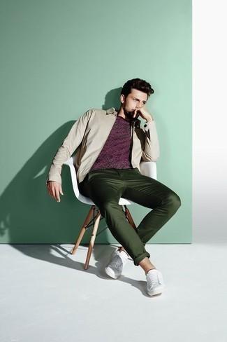 Come indossare e abbinare una giacca harrington beige: Potresti combinare una giacca harrington beige con chino verde scuro per un outfit comodo ma studiato con cura. Opta per un paio di sneakers basse in pelle bianche per avere un aspetto più rilassato.