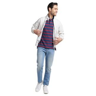 Come indossare e abbinare: giacca harrington bianca, polo a righe orizzontali blu scuro, jeans azzurri, sneakers basse in pelle bianche