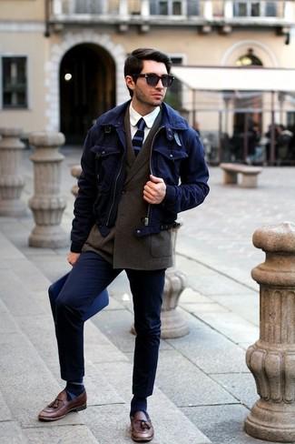 Come indossare e abbinare calzini a righe orizzontali blu scuro: Metti una giacca harrington blu scuro e calzini a righe orizzontali blu scuro per un outfit rilassato ma alla moda. Scegli un paio di mocassini con nappine in pelle marroni come calzature per un tocco virile.