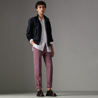 Come indossare e abbinare: giacca harrington blu scuro, camicia a maniche lunghe bianca, chino a quadri bordeaux, scarpe derby in pelle bordeaux